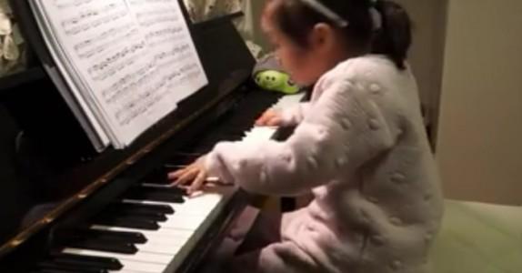 3-åringen klatrer opp til tangentene. Men følg med på hendene hennes. WOW!