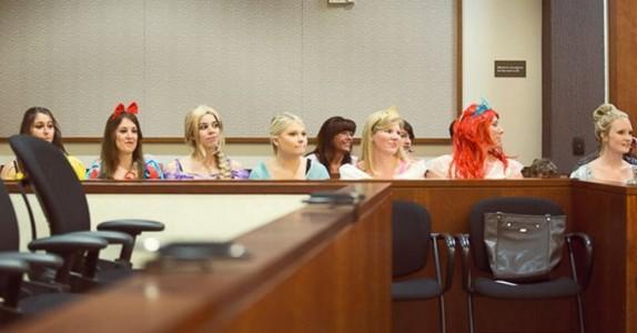 Hele rettsalen kledde seg ut som prinsesser for 5-åringen. Men vent til du ser hvorfor!