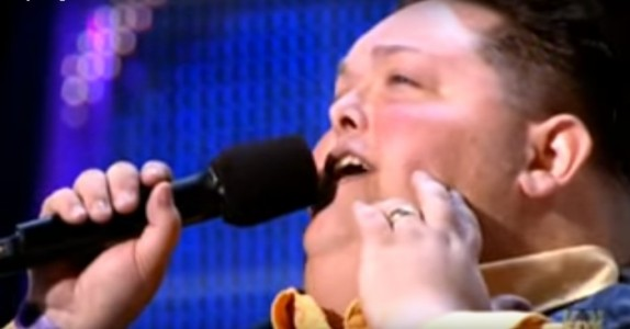 Den 222 kilo tunge mannen kommer på scenen i rullestol. Men når han begynner å synge? JØSSES!