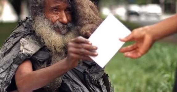 Hun hilset på den hjemløse mannen hver dag. Men en dag fikk hun en lapp av ham…
