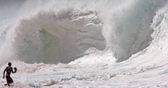 En modig mann stuper rett inn i en av verdens største bølger. Hva som ble fanget på kameraet? WOW!