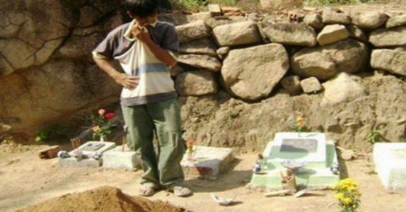 Han har begravd babyer fra abortklinikker i 15 år. Men når mødrene oppsøker ham gjør han noe UTROLIG!