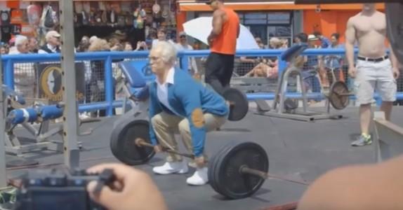 Guttene ler når den gamle mannen ønsker å trene. Men så gjør han noe som SJOKKERER dem!