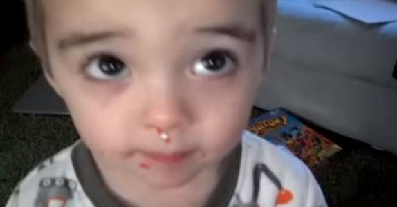 Moren tar gutten på fersken når han gjør noe rampete. Hans unnskyldning? Jeg ler så tårene triller!