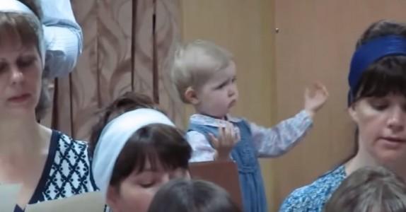 Når koret begynner å synge stjeler jenta i bakgrunnen HELE showet – bare se hva hun gjør!