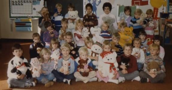 Barna stiller seg opp for å ta klassebilde. 30 år senere ser læreren på bildet igjen og oppdager DETTE!