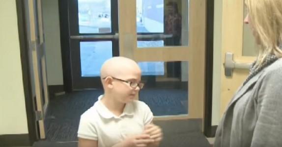 Datteren ble utvist fra skolen fordi hun hadde barbert hodet. Det moren gjorde da er fantastisk!