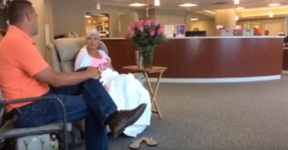 Han kom til konas siste kreftbehandling. Men når de skal forlate bygget kommer SJOKKET!