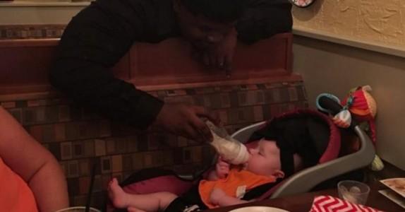 Moren kom med den syke babyen fra sykehuset. Det hun opplevde i restauranten da, rører hjertene våre!