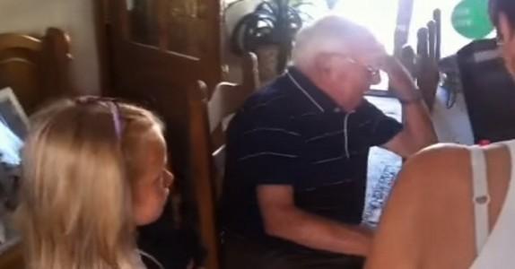 Etter bestemoren dør, bestemmer de seg for å kjøpe en valp. Reaksjonen til bestefaren gir oss tårer i øynene!