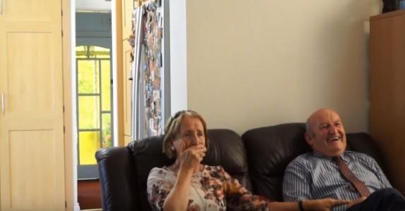 De ser på bilder av deres nyfødte barnebarn. Men de har ingen anelse om at han er i rommet bak dem!