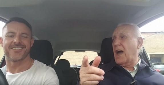 Faren har Alzheimer, og husker ikke sin egen sønn. Men se når han slår på radioen!
