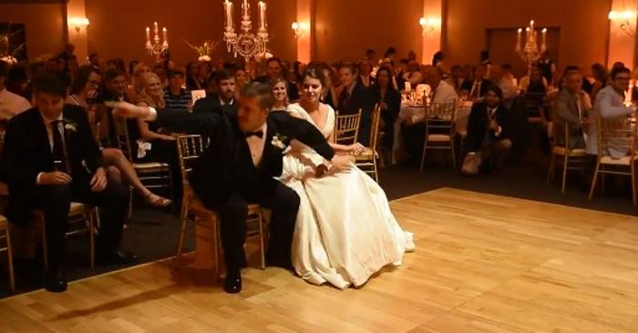Bruden forstår ingenting når han hopper opp fra stolen. Noen