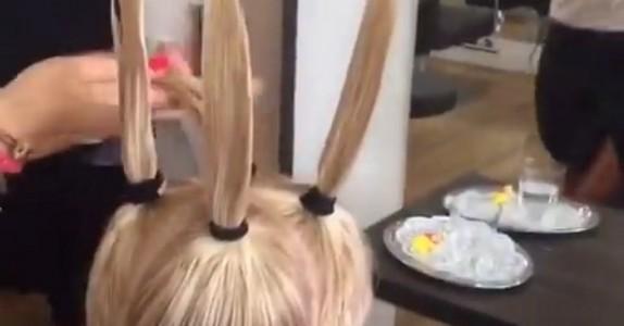 Denne kvinnen skulle bare klippe seg. Hva frisøren deretter gjør i en bevegelse er utrolig!