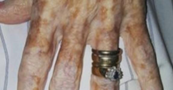 Den gamle kvinnen ønsker bare å fjerne neglelakken. Men hva den unge kvinnen gjør med hendene hennes er VAKKERT!