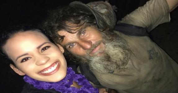 Den hjemløse mannen spør 24-åringen om penger, men det han tilbyr henne vil gjøre deg målløs!
