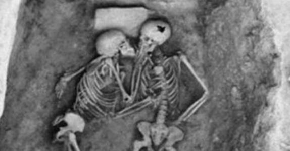 Paret blir levende begravd – 2 800 år senere blir de gravd opp, og forskerne er målløse!