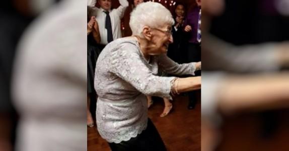 85 år gamle Anna var pukkelrygget i årevis – så begynte hun med yoga
