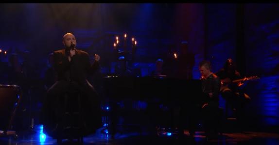 Hele verden forguder denne sangen. Men når vi hører denne mannen synge får vi hakeslipp!
