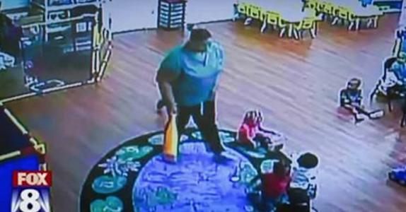 Moren blir SJOKKERT når hun ser overvåkningsvideoen av sin to år gamle sønn i barnehagen! FORFERDELIG!