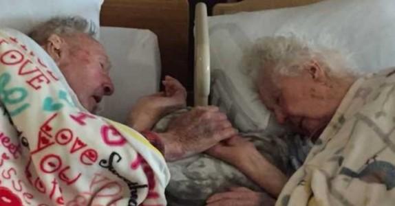 100 år gammel mann nekter å slippe sin kones hånd i løpet av deres siste timer sammen.