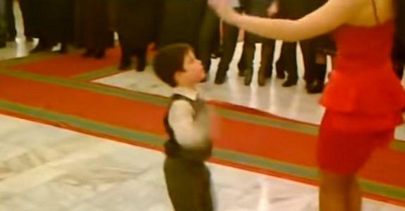 Den syv år gamle gutten byr kvinnen i rød kjole på dans. Resultatet? Gjestene tror ikke sine egne ØYNE!