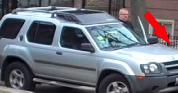 Sjåføren parkerer foran en branndør. Så da bestemmer denne mannen seg for å gi ham en LÆREPENGE!