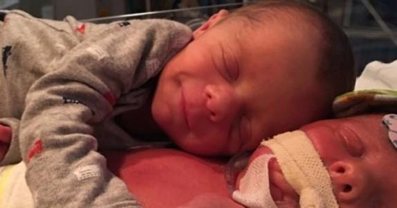Den 11 dager gamle babyen søker varme hos sin bror. Men kort tid etter kan ikke legene gjøre mer for han.