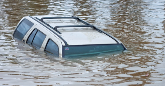 Hvis bilen din synker, så må du gjøre DETTE for å overleve!