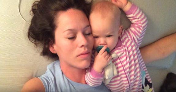 Mammaen dokumenterer hvordan det VIRKELIG er å sove med en baby – forbered deg på latterkrampe!