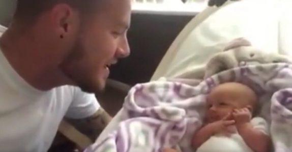 Den nybakte pappaen synger til sin datter for første gang. Ved 00:13 smelter mor bak kameraet!