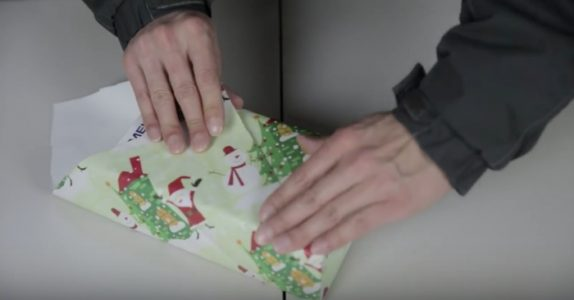 Bruker du lang tid på å pakke inn gavene? Da bør du se dette GENIALE japanske trikset!