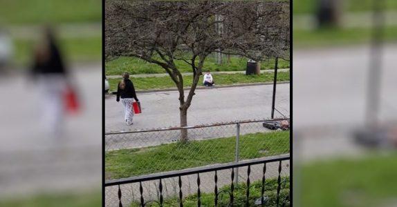 En gutt blir mobbet for sine utslitte sko. Da gir 13-åringen ham en rød eske!