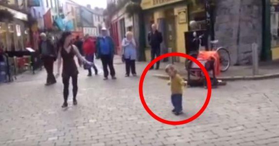 2-åringen stopper ved den dansende kvinnen. Men FØLG MED på føttene til jenta!