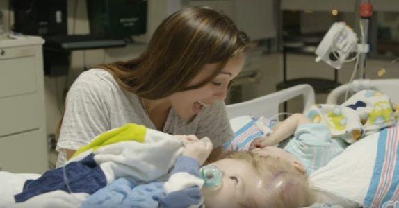 Mor sier adjø til sammenvokste tvillinger, bare MINUTTER før de skal opereres i et forsøk på å skille dem!