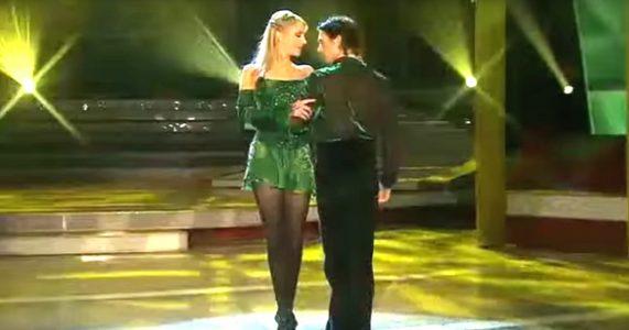 Den irske danseren tar armen hennes og snurrer henne rundt. Men SE hvem som sniker seg opp bakfra!