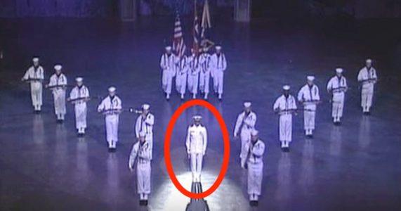 18 sjømenn står helt stille på scenen. Men SE nå han i midten åpner munnen!
