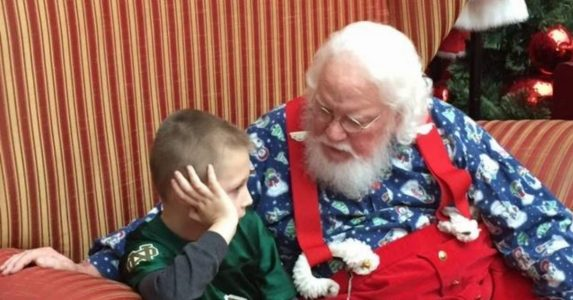 6-åringen hvisket sin tilståelse til julenissen. Svaret han får rører mammaen til tårer!