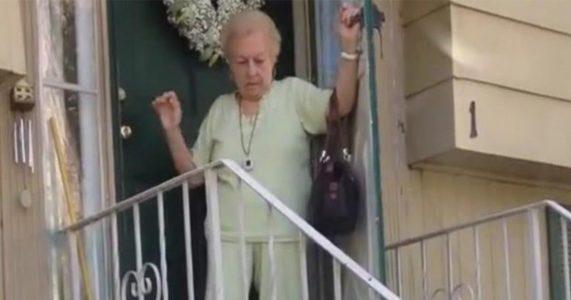 Den eldre kvinnen ser ut til å trenge hjelp ned trappen. Men så hører hun DENNE sangen!