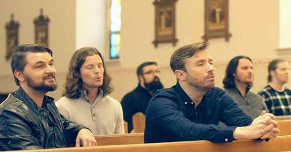 6 menn begynner å synge i en tom kirke. Sangen gir alle GÅSEHUD!