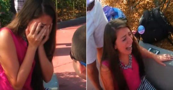 Hun tror frieriet i Disney World er hele overraskelsen. Da ber han henne SNU seg og se nedover veien!