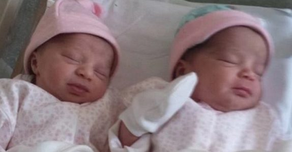 Når hun fødte tvillingene var de identiske. Men 2 uker etter skjer det noe VELDIG uvanlig!