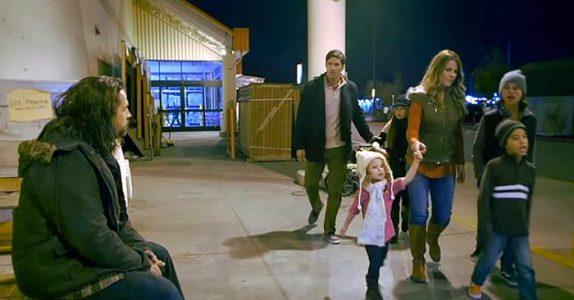 Familien går forbi en hjemløs person. Det faren gjør da forandrer livene deres for ALLTID!
