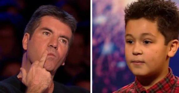 12-åringen blir avbrutt av juryen midt i sangen. Med tårer i øynene løfter han mikrofonen og overrasker ALLE!