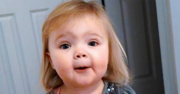 1-åringen stiller seg opp og begynner å synge. SLIK har du nok aldri hørt denne klassikeren før!