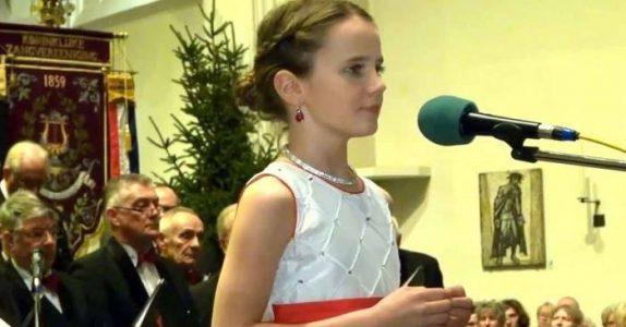 11-åring gjør seg klar til å fremføre klassikeren «O helga natt» – Hør nøye etter når hun begynner å synge!
