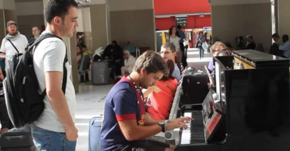 Han spiller piano på en togstasjon i Paris. Da gjør mannen i den hvite t-skjorta DETTE!