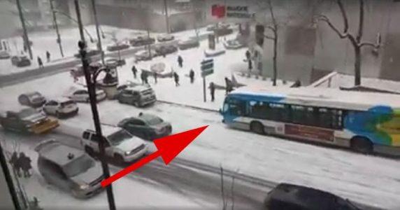 Bussen klarer ikke å stoppe på vei ned den isete bakken. Men hva skjer videre? UTROLIG!