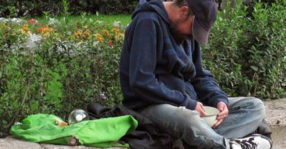 Han snur skiltet til den blinde tiggeren og skriver noe annet på det. Plutselig blir ALLE mer generøse!