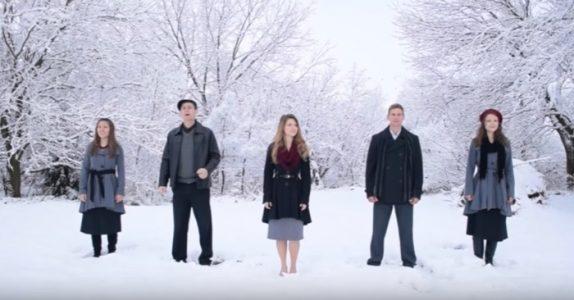 5 søsken stiller seg på rad. Hør når de åpner munnen og skaper MAGI med den klassiske julelåten!